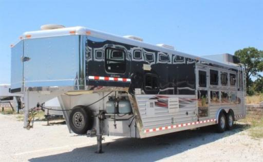 2005 Dream Coach 4-horse 11' living quarters,
