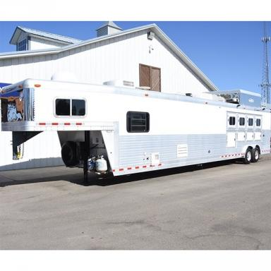2004 C&C 4 horse trailer 20' lq, bunk beds, stainless