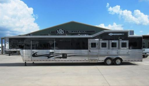 2010 Bloomer 4 horse 18' living quarters with mid tack