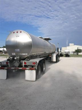 2004 Walker 6800 gal/food grade/air ride/aluminum wheels